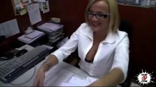 Seduce a la secretaria en este video porno Leche69