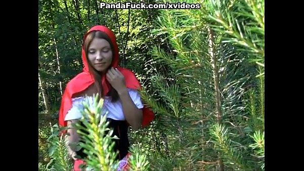 Dulce y sexy caperucita roja follando en el bosque