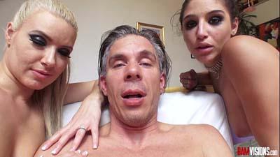 Lucky guy trío sexo con dos estrellas porno