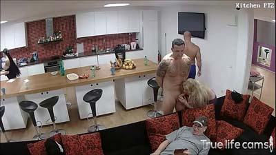 Mujer follando con dos hombres junto a su marido