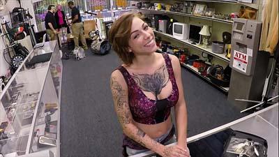 Chica tatuada follada en la trastienda de la tienda