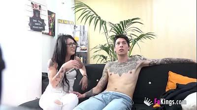 Chica tatuada con un chico viendo pelicula porno