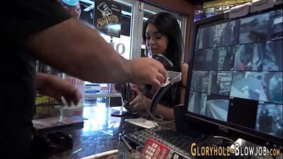Dulce muchacha joven quiere probar gloryhole