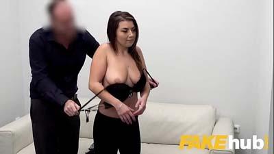 Chica joven  agente falso follada en el sofá con el jefe