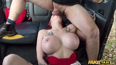 Chica libre y sexy follada con taxista en la taxi