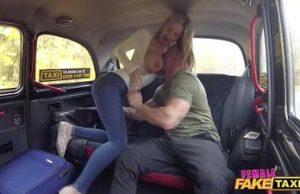 Conductor de taxi dama sexy con hombre español