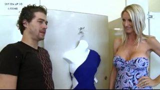 mujer madura sexy follada en vestuario tienda de ropa