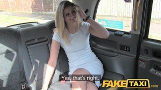 Chica sexy en vestido blanco en Praga folla en taxi