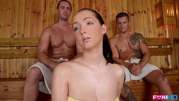 Chica cachonda follada por dos chicos en sauna