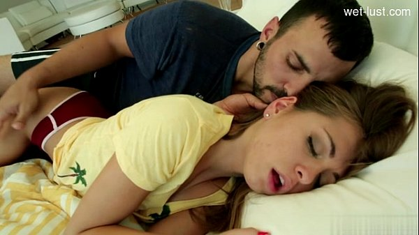 Chico caliente folla duro a su durmiente novia
