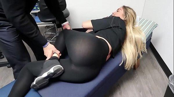 Chica rubia recibe masaje erótico – Rubias19.com