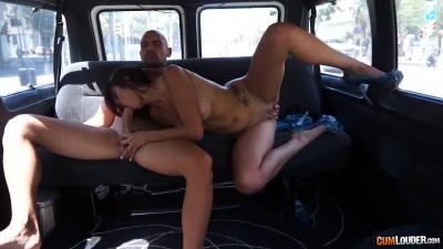 Puta de Barcelona follando en la furgoneta – Cumlouder