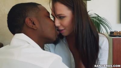 Hombre negro guapo tratando de seducir a su novia
