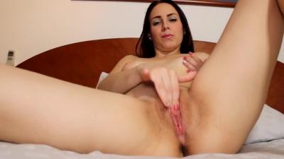 Chica hispana se masturba frente a la cámara para fanáticos