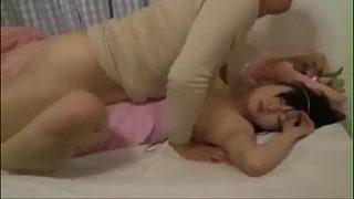 Follando a la esposa de su vecino mientras duerme