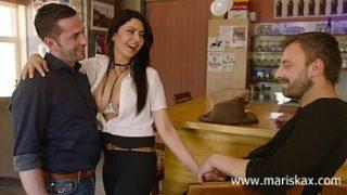 Mujer latina follando con dos chicos en el bar
