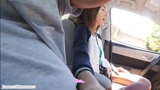 Sexy chica haciendo mamada a novio en auto