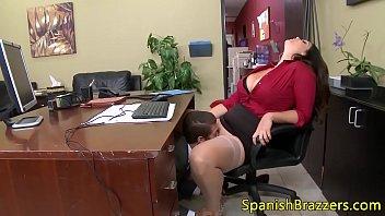 La jefa está teniendo sexo con su personal en la oficina