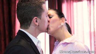 Mujer madura y joven video porno erótico