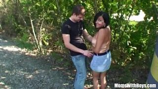 Mujer morena madura follando con un joven en el bosque