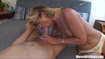 Mujer madura rubia sexy haciendo una mamada