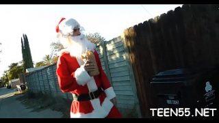 Santa Claus se folla a su pequeña hija en el sofá