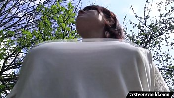 Jovencita follando en el bosque
