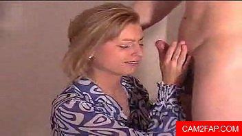 Chorro de esperma en la cara de la mujer